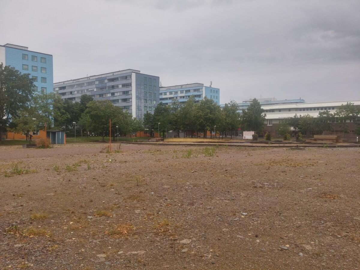 FÖRE: Innan Blå Parken. Träden har bevarats och fått en ny placering i parken.